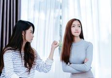 Samma könsbestämmer den asiatiska lesbiska parvännen för att förena flickvännen royaltyfria bilder