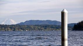 Sammamish sjö med mer regnig i bakgrund Royaltyfria Bilder