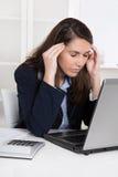 Sammanbrott: överansträngd trött affärskvinna i blått skrapande huvud royaltyfri bild