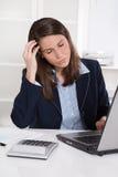 Sammanbrott: överansträngd trött affärskvinna i blått skrapande huvud Royaltyfri Fotografi