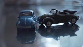Sammandrabbning av leksakbilar väg för motorway för olycksbilkrasch Krasch av två leksakbilar på en väg arkivfilmer