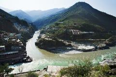 Sammanflöde av de Alaknanda och Bhagirathi floderna som bildar gummina Royaltyfri Fotografi