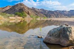 Sammanflöde av den storslagna fiskfloden och apelsinfloden i söderna av Namibia, sydliga Afrika royaltyfri bild