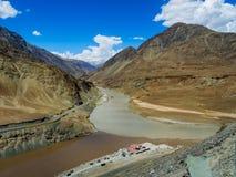 Sammanflöde av Zanskar och Indus floder Royaltyfria Foton