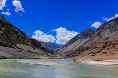 Sammanflöde av Zanskar och Indus floder - Leh, Ladakh, Indien Arkivfoto