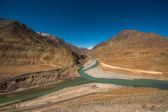 Sammanflöde av Zanskar och Indus floder - Leh, Ladakh, Indien Royaltyfri Foto