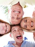 sammanfoga för huvud för familj som lyckligt är deras tillsammans Royaltyfri Foto