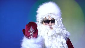 Sammanfoga mig från jul firar ståenden, invitera Santa Claus inomhus arkivfilmer