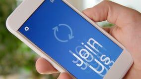 Sammanfoga oss begreppsapplikationen på smartphonen Mannen använder mobilen app arkivfilmer