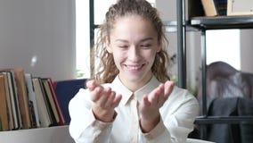 Sammanfoga oss, den inviterande affärskvinnan, det inomhus kontoret, barn, lager videofilmer