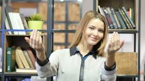 Sammanfoga oss, den inviterande kvinnan, inomhus kontor stock video