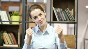 Sammanfoga oss, den inviterande kvinnan, inomhus kontor lager videofilmer