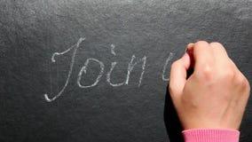 Sammanfoga oss - handen skriver text på svart tavla-, anslutnings- och kommunikationsbegrepp stock video