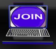 Sammanfoga på bärbar datorshower registreringsmedlemskap eller ställa upp som frivillig direktanslutet Arkivfoto