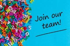 SAMMANFOGA VÅRT LAG - meddelandet för att hyra Vi söker efter nya anställda Finna det nya jobbbegreppet royaltyfri bild