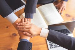 Sammanfogande händer för affärsfolk efter lyckat möte arkivbilder