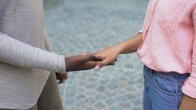 Sammanfogande händer för pojkvän och för flickvän, känslauttryck, affektion och förtroende lager videofilmer