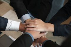 sammanfogande hand för affärsman, affärslag som tillsammans trycker på händer arkivfoto