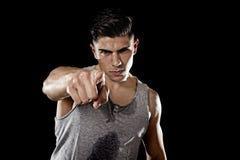 Sammanfogar den stora starka idrotts- kroppen för den unga attraktiva sportmannen som in pekar, mitt begrepp för idrottshallen fö Royaltyfri Fotografi