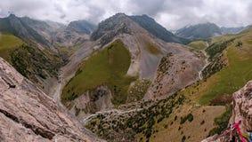 Sammanfogning av bergfloderna runt om berget Royaltyfria Foton