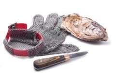 sammankopplin handskar som special öppnar ostroner arkivbilder