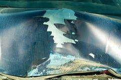 Sammanlagd skada på den blåa bilhuven med brutna skrapade metalldelar målar och rostig smuts från kylare som förstörs i forcerad  Royaltyfria Foton