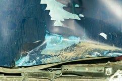 Sammanlagd skada på den blåa bilhuven med brutna skrapade metalldelar målar och rostig smuts från kylare som förstörs i forcerad  Arkivfoton