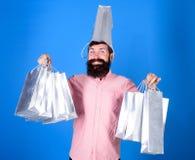 Sammanlagt försäljningsbegrepp Skäggig hipster för man med lottshoppingpåsar Kunde inte motstå rabatt svart friday shopping royaltyfri bild