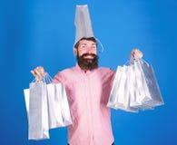 Sammanlagt försäljningsbegrepp Skäggig hipster för man med lottshoppingpåsar Kunde inte motstå rabatt svart friday shopping arkivbild