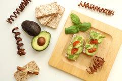 Sammansättning av avokadosmörgåsar royaltyfri fotografi
