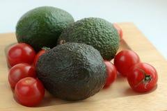 Sammansättning av avokadot och tomater royaltyfri foto