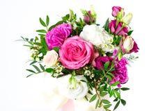 Sammansättning av blommor i en rosa hatbox Bundet med bred vit ri royaltyfri fotografi