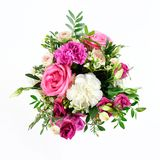 Sammansättning av blommor i en rosa hatbox Bundet med bred vit ri royaltyfria foton