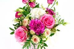 Sammansättning av blommor i en rosa hatbox Bundet med bred vit ri royaltyfri bild