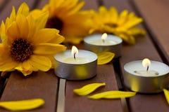Sammansättning av blommor och lilla stearinljus Arkivbilder