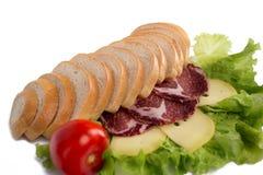 Sammansättning av bröd, kött, grönsaker och ost Arkivfoton