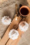 Sammansättning av choklad- och vaniljmuffin med sockerpulver för tetid Hemlagat bakelsebegrepp Stjärna format metallkex f Arkivfoto