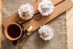 Sammansättning av choklad- och vaniljmuffin med sockerpulver för tetid Hemlagat bakelsebegrepp Stjärna format metallkex f Royaltyfri Fotografi
