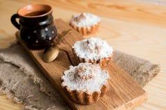 Sammansättning av choklad- och vaniljmuffin med sockerpulver för tetid Hemlagat bakelsebegrepp Stjärna format metallkex f Arkivbilder