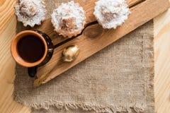 Sammansättning av choklad- och vaniljmuffin med sockerpulver för tetid Hemlagat bakelsebegrepp Stjärna format metallkex f Fotografering för Bildbyråer