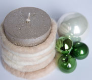 Sammansättning av den julgräsplanbollarna och stearinljuset som isoleras på Royaltyfria Bilder