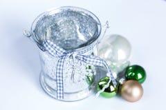 Sammansättning av den julgräsplanbollarna och stearinljuset som isoleras på Fotografering för Bildbyråer
