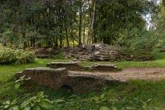 Sammansättning av den naturliga stenen i parkera av VDNKh, Moskow Arkivbilder
