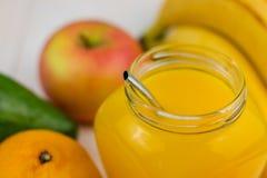 Sammansättning av den sunda detoxfruktsaftsmoothien Sunda grönsaker och frukter arkivbild