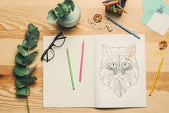 Sammansättning av färgläggning och blyertspennor Arkivbilder