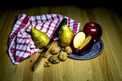 Sammansättning av frukt med päronäpplen och muttrar arkivfoto