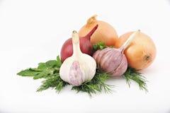 Sammansättning av grönsaker på en vit bakgrund: lök vitlök, arkivfoto