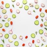Sammansättning av grönsakskivor på vit Royaltyfria Bilder