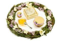Sammansättning av honung, örter och blommor på vit bakgrund Royaltyfria Bilder