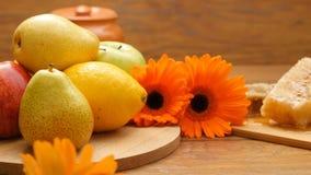 Sammansättning av honung, honungskaka, frukter, bibröd och blommor (LR panorerar, inga 10 2) stock video